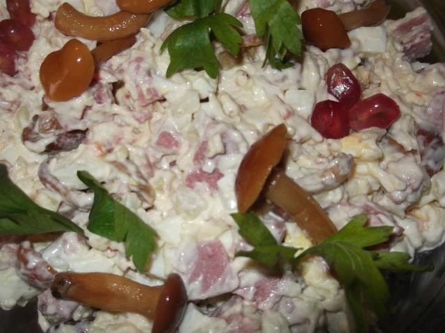 Салат королевский с ветчиной и грибами рецепт