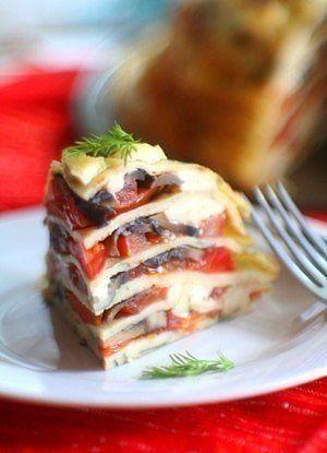 блинный пирог с сыром, грибами и помидорами