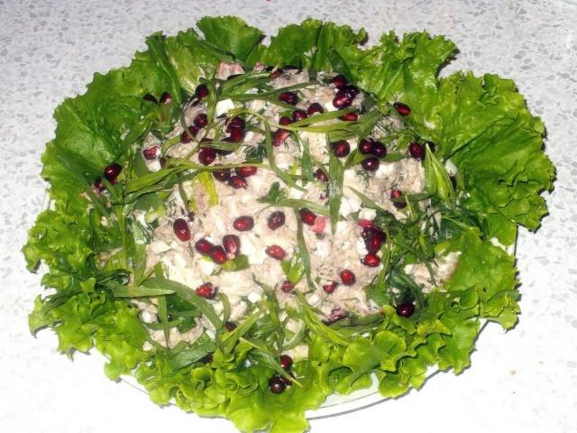 Гранатовый салат с курицей